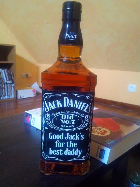 bouteilles de whisky jack daniel 39 s personnalis es pour. Black Bedroom Furniture Sets. Home Design Ideas